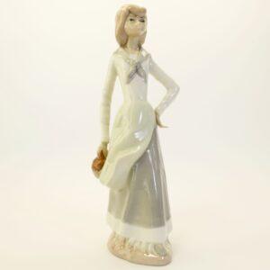 Фарфоровая статуэтка Девушка с котелком CasAdes, Испания