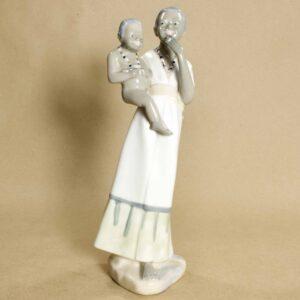 Фарфоровая статуэтка CasAdes Девушка с ребёнком