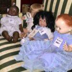 куклы на диване