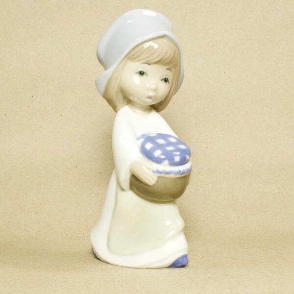 фарфоровая статуэтка девушка с котелком