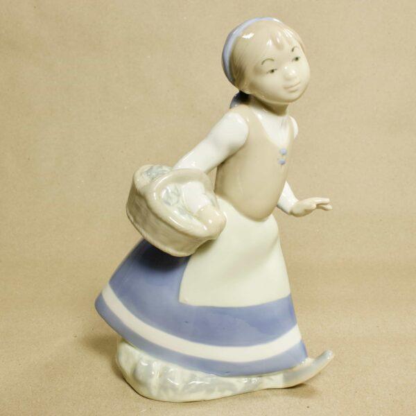 фарфоровая статуэтка девушки с корзинкой