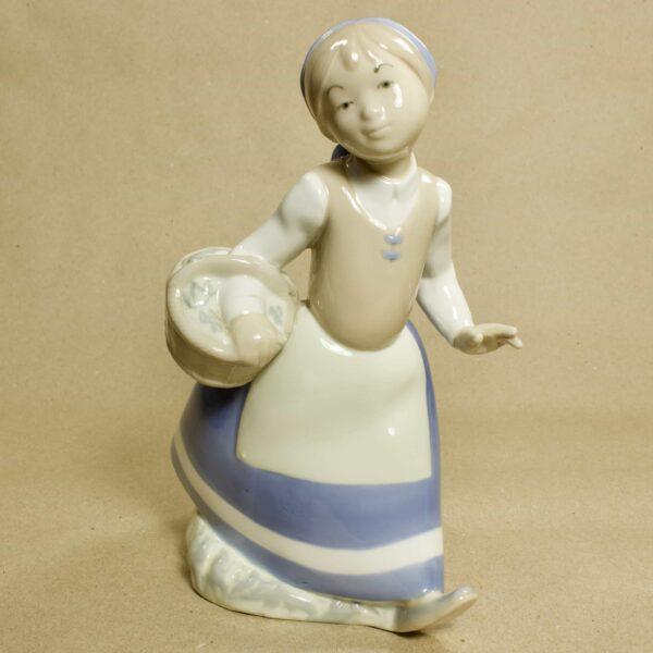 фарфоровая статуэтка девушки с лукошком