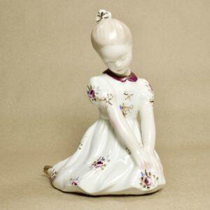 фарфоровая статуэтка девушка скромница